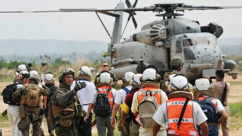 Cobra Gold class: Japanese participants in a multinational evacuation drill in Pattaya, Thailand, prepare to board a U.S. Marine helicopter