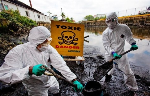 Greenpeace Water Patrol activists, wearing protective suits, collect samples of sediments from Samrong canal, which is located in an industrial district in Samutprakan province, 40 kilometres south of Bangkok. The activists warn local communities of the dangerous chemical poisons lurking in their water.