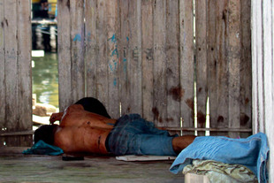 A Sulu gunman lies dead after a gunfight with Malaysian soldiers in Simunul Village on Monday (March 4th). Malaysia has beefed up its security in the eastern state. To date, at least 60 people have reportedly been killed in the clashes