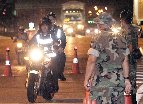 The gun battle occurred when police at a checkpoint on Ban Na-Ban San Kong road in tambon Pong Pha of Chiang Rai's Mae Sai district