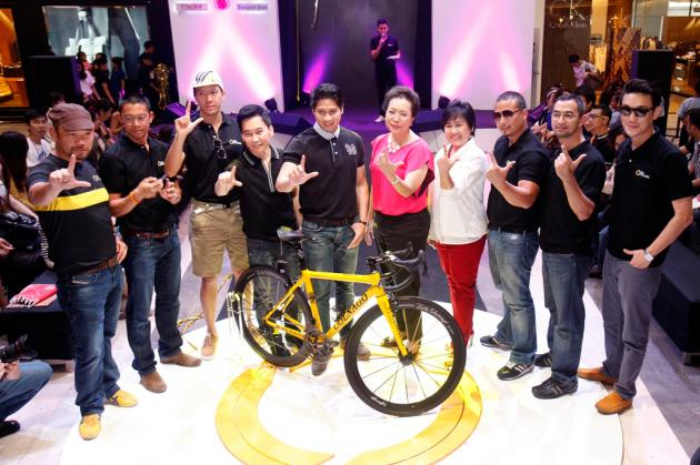 Celebrities and businessmen launch a cycling club that promises to help society