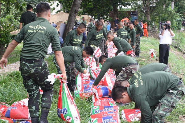 soldiers distributed sandbags to residents in areas vulnerable to floods.