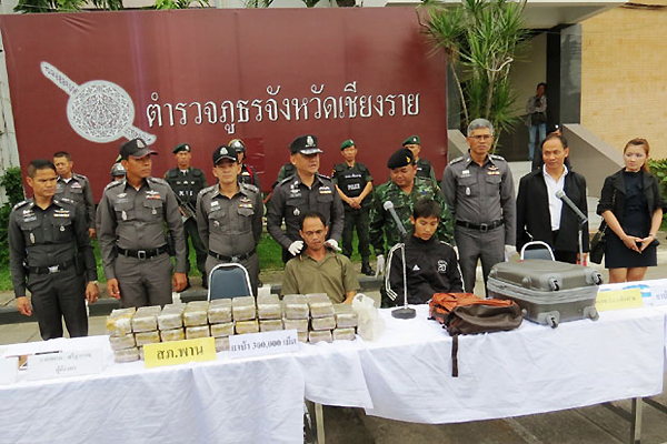 Chiang Rai police arrest three suspected drug couriers and seize 302,000 meth pills on Tuesday. (Photo by Chinnaphat Chaimol)