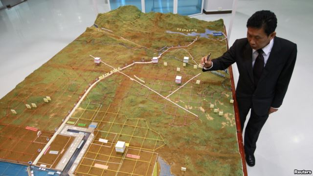 Dawei Development Company's Managing Director Somjet Thinaphong discusses a model of the economic zone