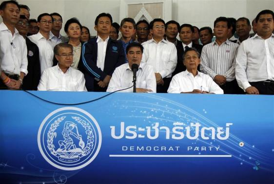 Thailand's opposition leader and former Prime Minister Abhisit Vejjajiva (C) speaks during a news conference as his party members listen at the Democrat Party headquarters in Bangkok December 21, 2013. REUTERS/Chaiwat Subprasom