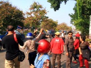 A group of red shirt pro-government supporters attacked a convoy of anti-government protesters in Chiang Mai, Thailand on Sunday before police were able to intervene and separate the two groups.