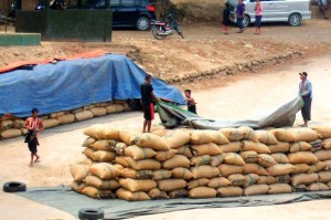 Customs officers in Tak's Mae Sot district have seized 25 tonnes of rice smuggled from Myanmar