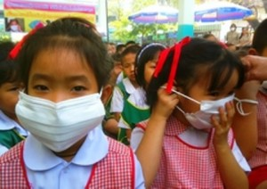 Students wear face mask to protect themselves from haze pollution in Chiang Mai. (Photo by Cheewin Sattha)