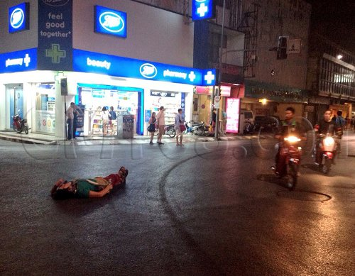 A day before her death she was photographed looking as if she had passed out, lying in the middle of the road near Thapae Gate - Photo City News