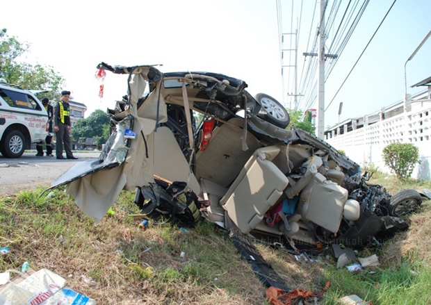 The wreckage of the crashed Avanza in Prachuap Khiri Khan on Wednesday. Photo by Chaiwat Satyam