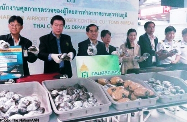 Senior officials of Suvarnabhumi Airport Passenger Control Customs Bureau produce hundreds of turtles at a press conference yesterday.