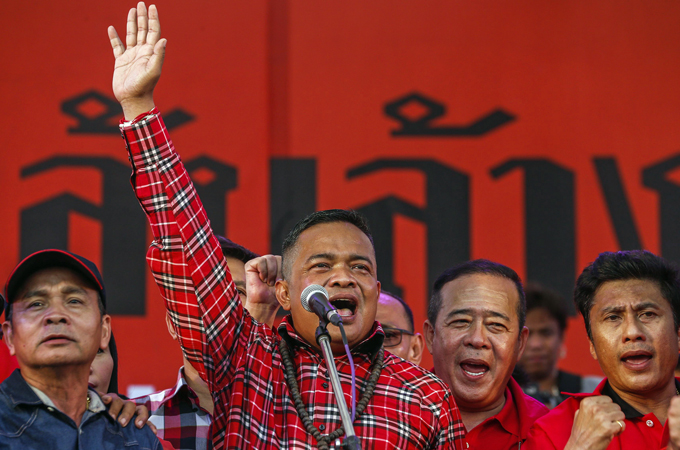 "'Red Shirt' leader Jatuporn Prompan has vowed to fight the ""elite"" who wants Yingluck out as of office"