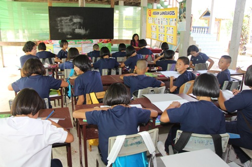 Students in Chiang Rai start day one of school term in makeshift classrooms