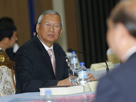 Acting prime minister Niwatthamrong Boonsongpaisan was forced to flee the meeting