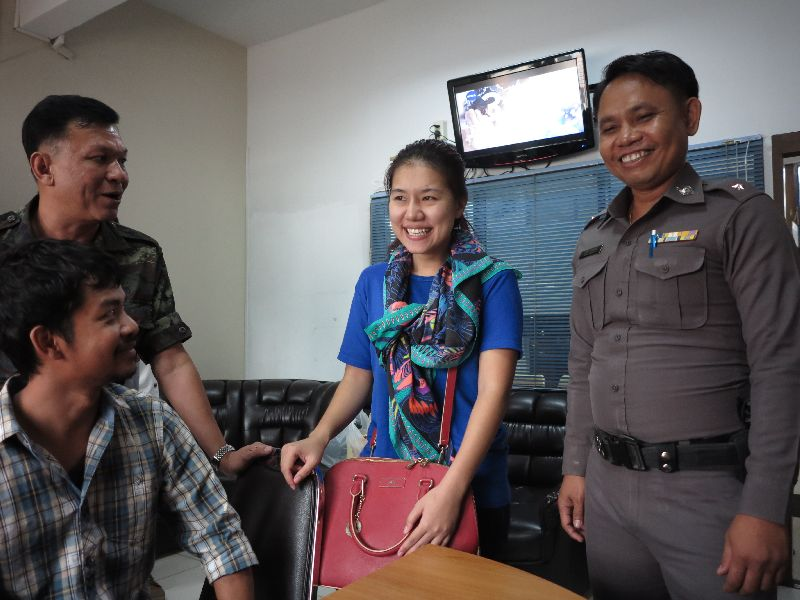 After being arrested by the military in Chonburi province on 28th May, Kritsuda, age 27, was detained by the military for more than three weeks, despite the seven day allowed for military detainment without charge.