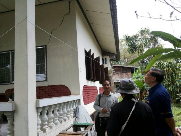 Chiang Rai Provincial Governor Pongsak Wongsamer has distributed bags of cement to a total of 646 households and ordered local authorities to inspect damage around the area