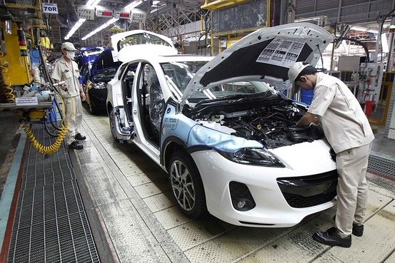 Employees at an automobile assembly line in Thailand, where the Manufacturing Production Index fell for the 15th straight month