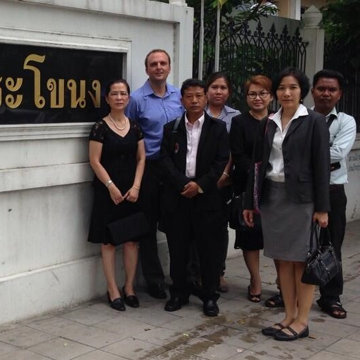 Andy Hall and his team with TFFA and TTIA representatives in front of the Prakanong Court.