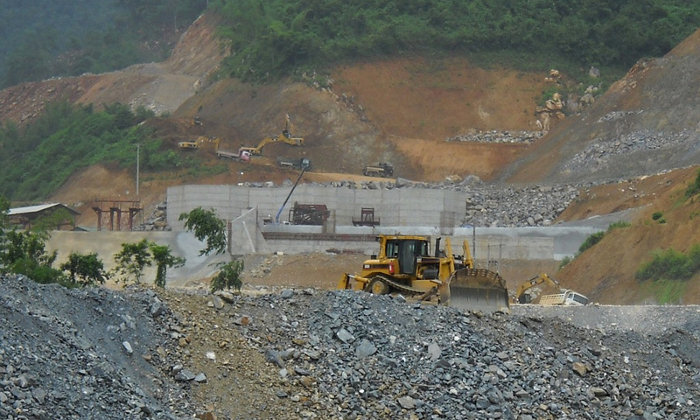 An investigation of the Xayaburi Dam site by International Rivers revealed that Thai company Ch. Karnchang has already undertaken significant resettlement and construction activities, contrary to claims that only preliminary work is underway.