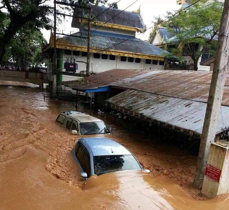 Mae Sai border crossing in Chiang Rai is closed due to deep floods - Photo @Arisaralive
