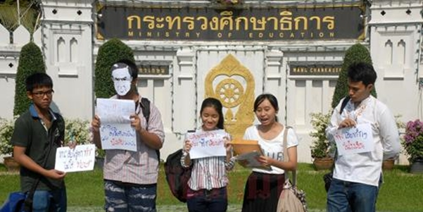 Student activists protesting in front of the Thai Education Department. Image by Nattanan Warintarawet (second from right).