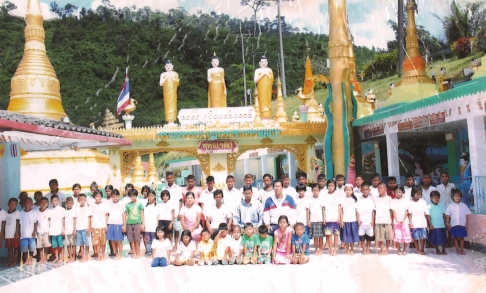 Samadthachai's first group of students who were taught in a temple.