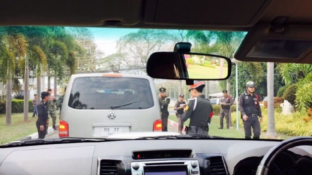Army officers stopped and searched cars traveling in former Prime Minister Yingluck Shinawatra's convoy in Chiang Mai on 10 Feb 2015. [Photo provided by Yingluck's aide]