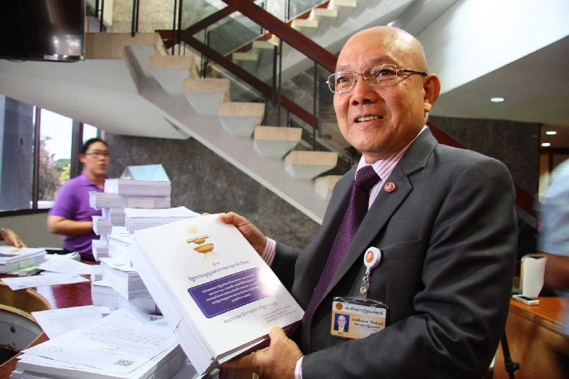 Thianchay Kiranandana, chairman of the National Reform Council (NRC), posed for photo with the draft of the new constitution, 17 April 2015