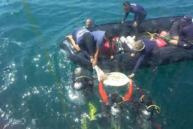 The body of a 12-year-old Israeli girl is recovered from the bottom of the sea on Thursday, April 9, after she was trapped in a tourist ferry that burned and sank off Krabi on Wednesday. (Photo by Achadtaya...  Please credit and share this article with others using this link:http://www.bangkokpost.com/news/general/523623/missing-girl-body-found-in-sunken-ferry. View our policies at http://goo.gl/9HgTd and http://goo.gl/ou6Ip. © Post Publishing PCL. All rights reserved.
