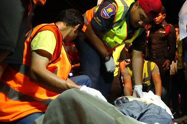 Rescuers are trying to help the Chinese tourists hit by a car in Prachuap Khiri Khan. (Photo by Chaiwat Satyeam)
