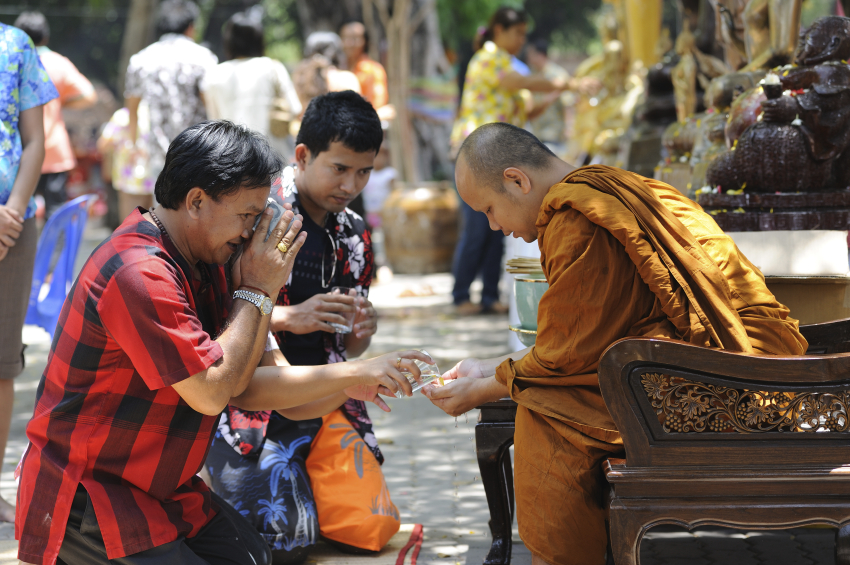 On the first day of the Songkran Festival, people will offer alms to monks.