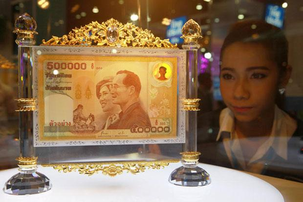 A woman looks at a display for the 500,000-baht banknote at the Bank of Thailand booth at the Money Expo. (Photo by Tawatchai Kemgumnerd)