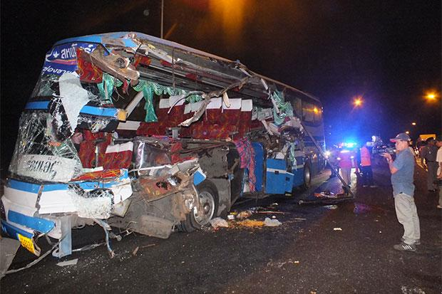 The wrecked interprovincial passenger bus after it hit the rear of a truck loaded with asphalt (Photo by Prasit Tangprasert)
