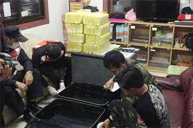 Two teenagers on board a tour bus from Chiang Rai to Bangkok caught with 400,000 speed pills during a search in Chiang Rai's Mae Lao district on Thursday night. (Photo by Chinpat Chaimon)