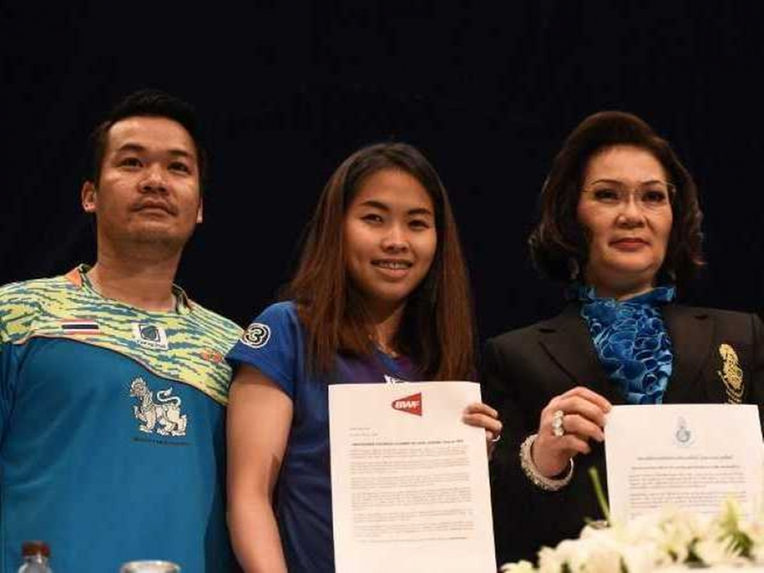 Thai Olympic badminton hopeful Ratchanok Intanon holds official papers clearing her of doping during a press confrence.