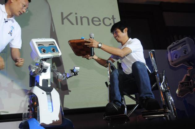 """CT Asia Robotics, the manufacturer of robots for commercial use, has introduced the second version of its interactive automaton """"Dinsow2"""""""