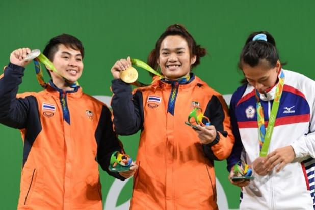 Thailand's Sukanya Srisurat (C) poses with silver medallist Thailand's Pimsiri Sirikaew (L) and bronze medallist Taiwan's Hsing-Chun Kuo on the podium of the Women's 58kg weightlifting competition at the Rio 2016 Olympic Games in Rio de Janeiro on August 8, 2016.