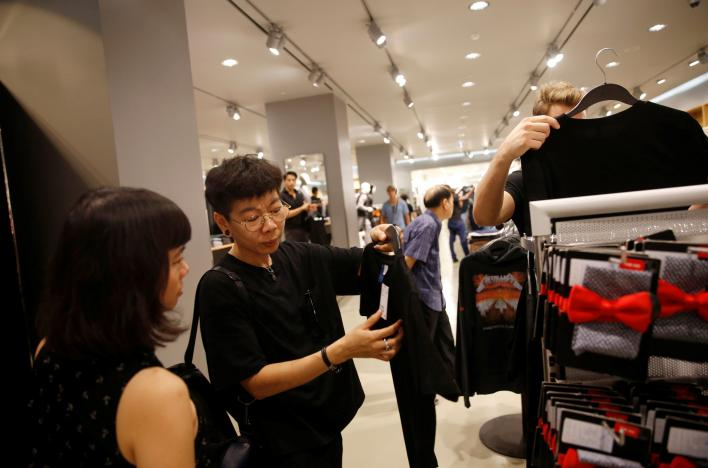 People shop for black or white clothing to mourn Thailand's late King Bhumibol Adulyadej at a mall in Bangkok, Thailand, Photo - Edgar Su