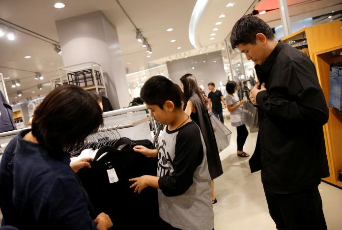 People shop for black or white clothing to mourn Thailand's late King Bhumibol Adulyadej at a mall in Bangkok, Thailand, October 15, 2016. REUTERS/Edgar Su