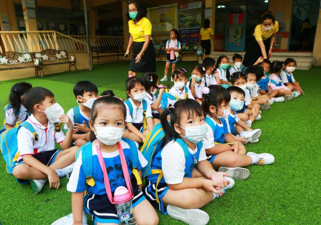Childen forced to wear face masks due to smog